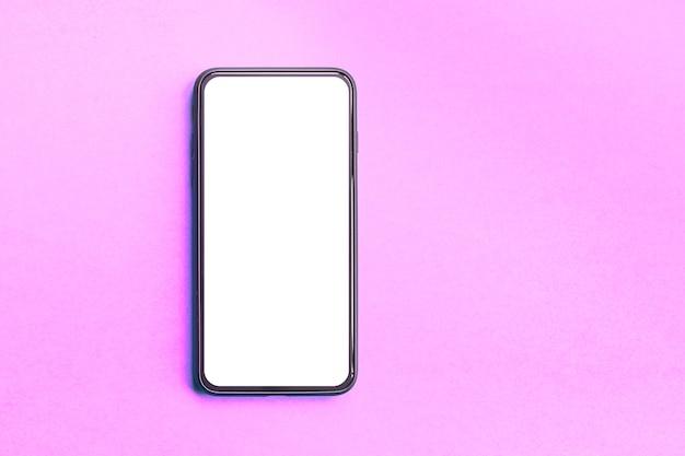 Smartphone sur fond rose avec écran blanc, copiez l'espace.