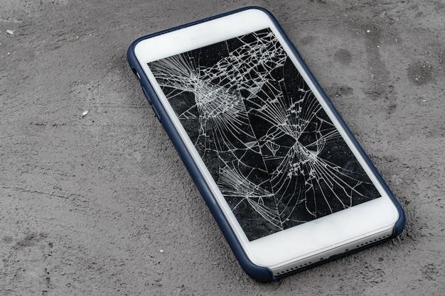 Smartphone mobile avec écran cassé en gros plan