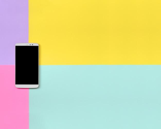 Smartphone moderne avec un écran noir sur fond de texture
