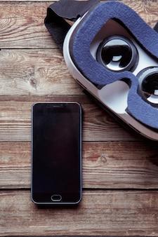 Smartphone moderne avec écran vide et lunettes de réalité virtuelle
