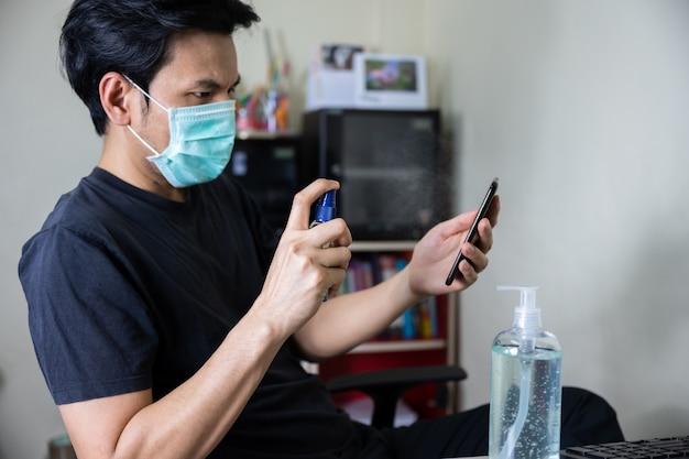 Smartphone de nettoyage de l'homme par pulvérisation d'alcool