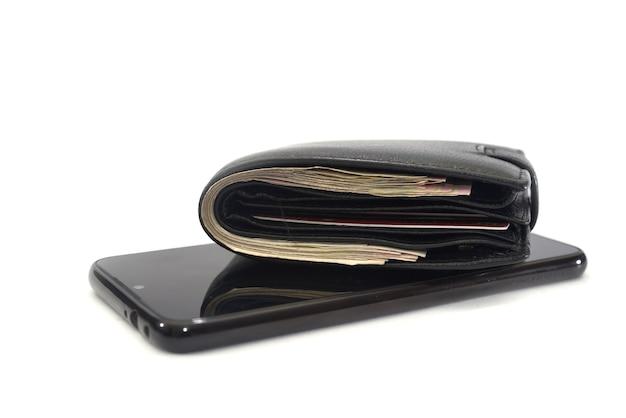Smartphone noir et portefeuille pour homme noir sur fond blanc.