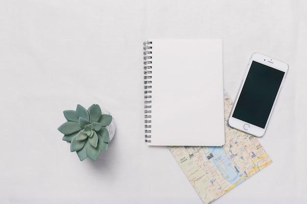 Smartphone et ordinateur portable sur la carte