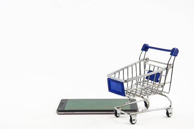 Smartphone avec panier d'achat sur fond blanc
