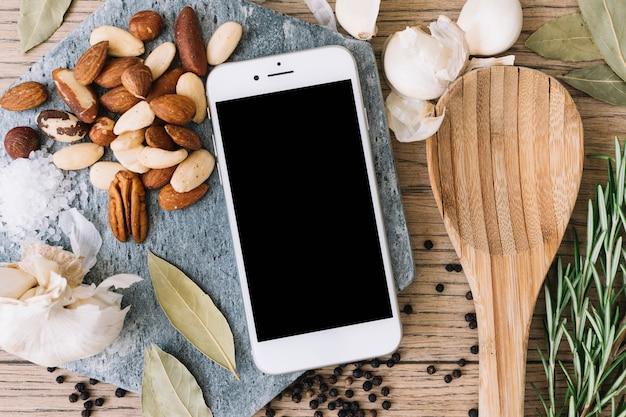 Smartphone parmi les aliments