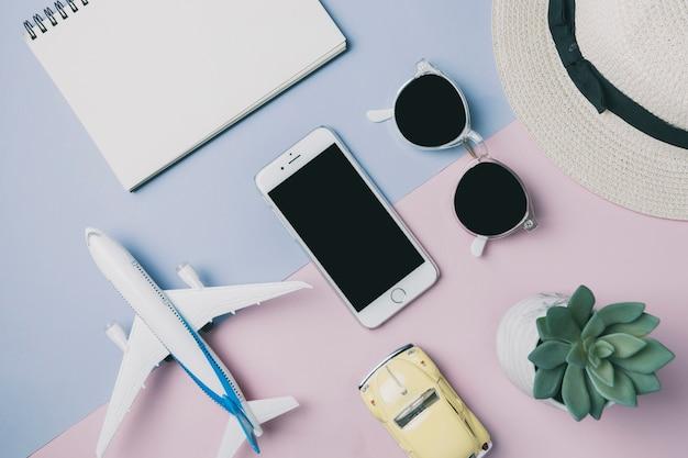 Smartphone parmi les fournitures de voyage
