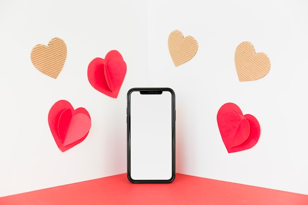Smartphone avec des petits coeurs de papier
