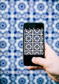 Smartphone prenant la photo du motif oriental