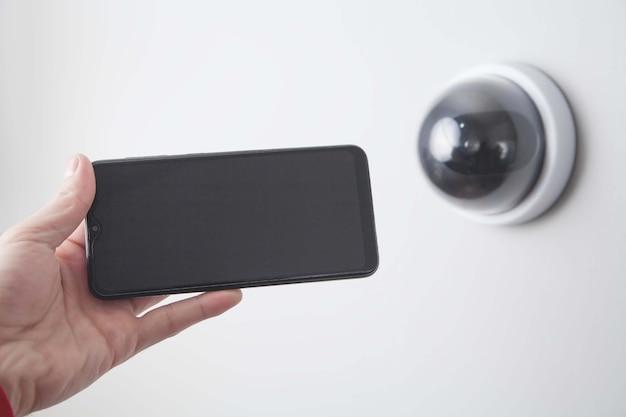 Smartphone se connectant avec une caméra de sécurité.