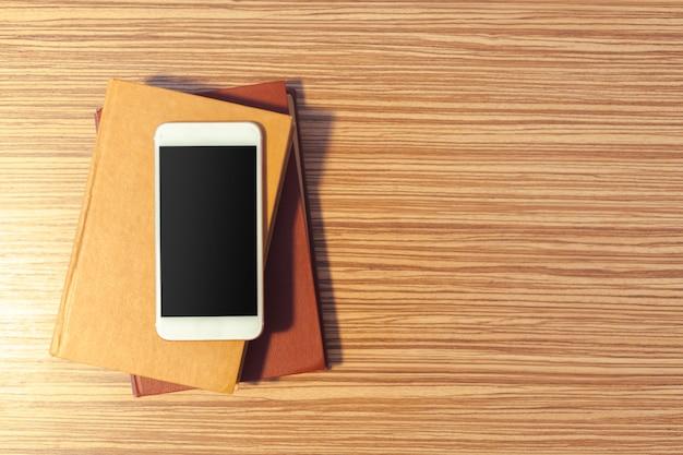 Smartphone sur une table en bois