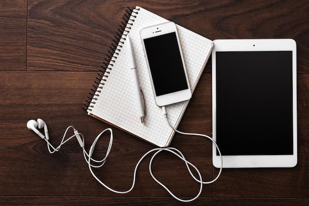 Smartphone et tablette avec écouteurs