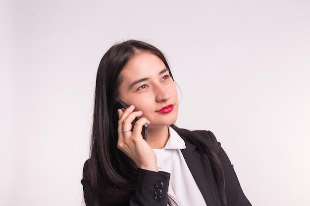 Smartphone de technologie et concept de personnes souriant jeune femme étudiante parlant au téléphone