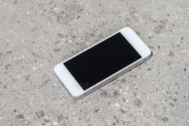 Smartphone tomber sur le sol et l'écran endommagé