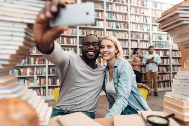 Smile étudiants prennent selfie sur téléphone