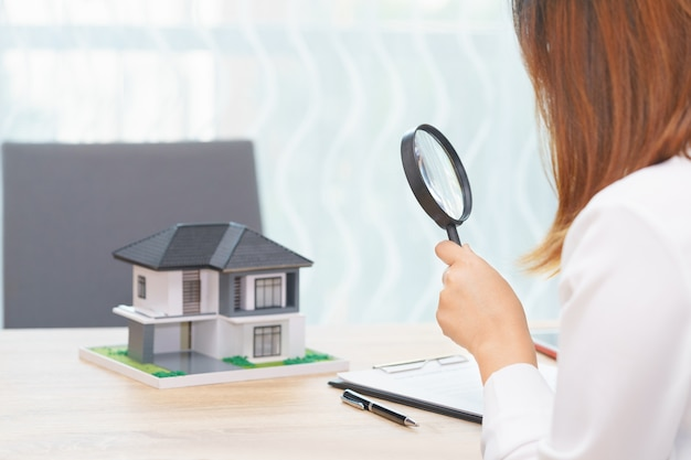 Smile femme à la recherche d'une nouvelle maison ou inspecter les maisons avant d'acheter le concept.
