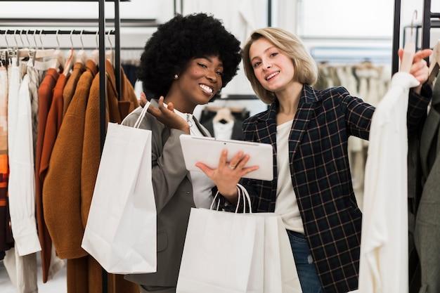 Smiley adultes femmes shopping ensemble