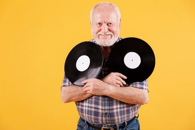 Smiley aîné avec des disques de musique