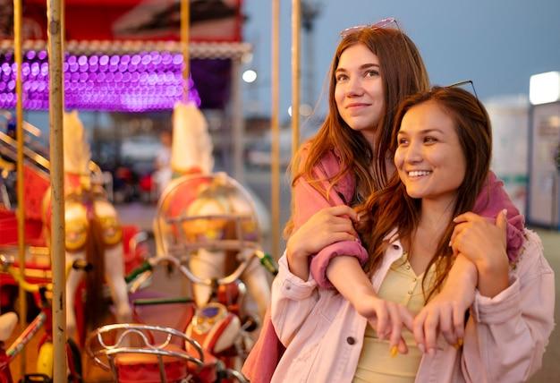 Smiley amies au parc d'attractions