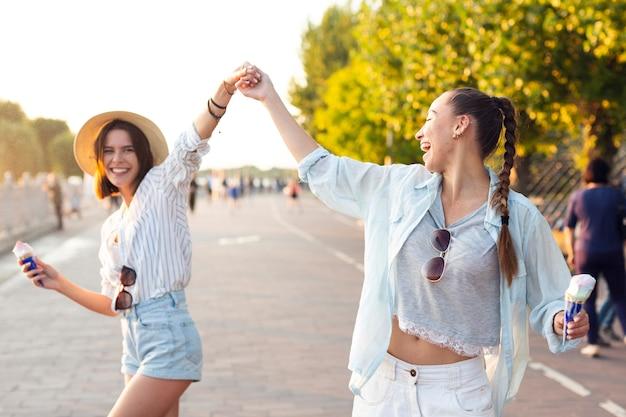 Smiley amis tenant leurs mains à l'extérieur
