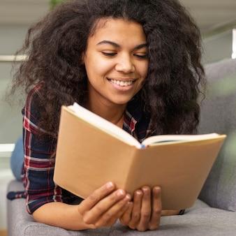 Smiley angle faible lecture de fille