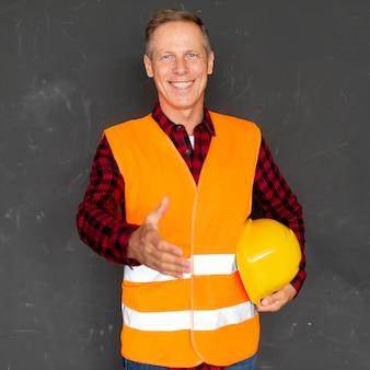 Smiley architecte donnant une poignée de main