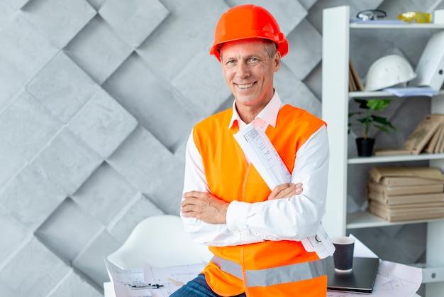 Smiley architecte posant pour la caméra