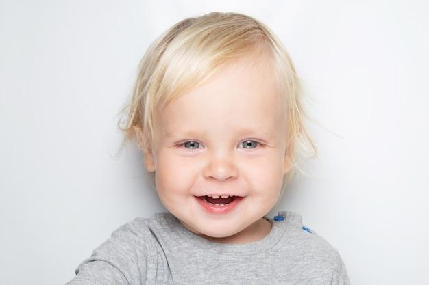 Smiley bébé caucasien sur blanc