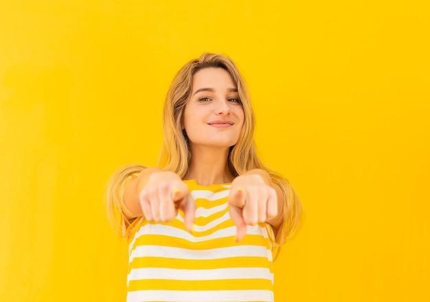 Smiley blonde femme posant