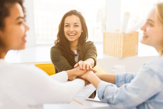 Smiley business womens se serrant la main