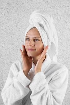 Smiley coup moyen femme portant une serviette