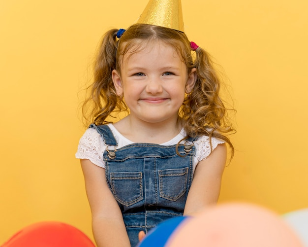 Smiley coup moyen fille portant un chapeau de fête
