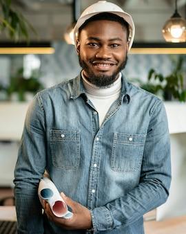 Smiley coup moyen homme posant avec casque