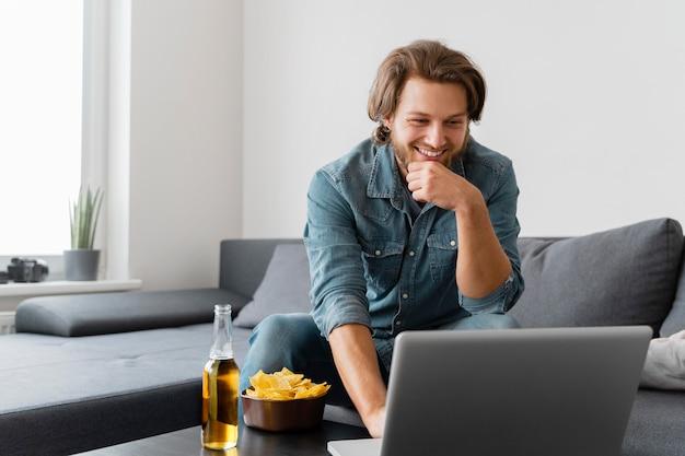 Smiley coup moyen avec ordinateur portable
