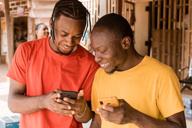 Smiley coup moyen avec des téléphones