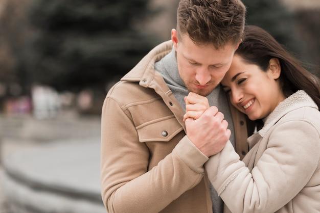 Smiley couple main dans la main à l'extérieur