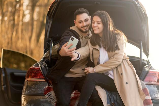 Smiley couple prenant selfie coup moyen