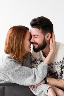 Smiley couple s'appuyant sur le canapé