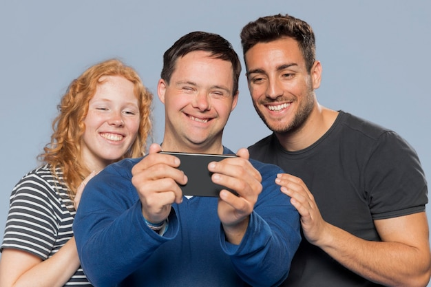 Smiley différentes personnes prenant un selfie ensemble