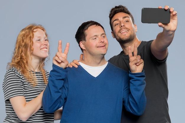 Smiley différentes personnes prenant un selfie