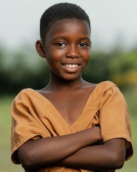 Smiley enfant africain tenant les bras croisés