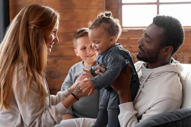 Smiley famille avec plan moyen de la nourriture