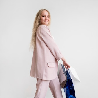 Smiley femme adulte heureuse de faire du shopping