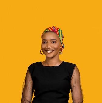 Smiley femme africaine portant des accessoires traditionnels