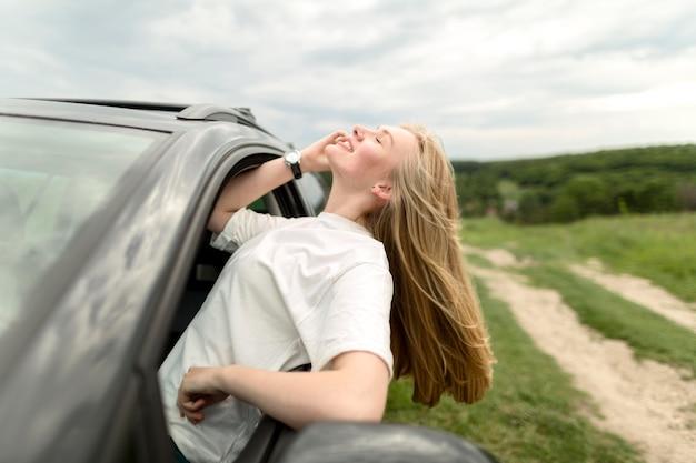 Smiley femme appréciant une balade en voiture