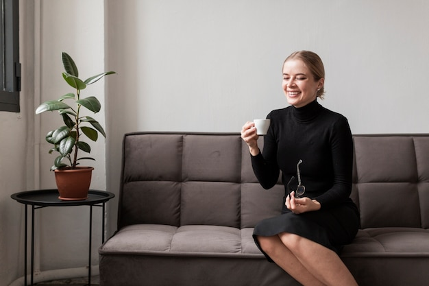 Smiley femme appréciant la tasse de café