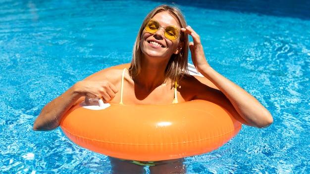 Smiley femme avec bouée de sauvetage