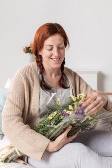 Smiley femme avec bouquet de fleurs