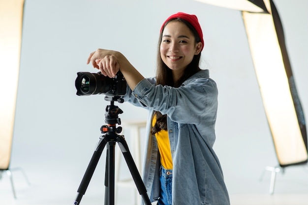 Smiley femme avec caméra