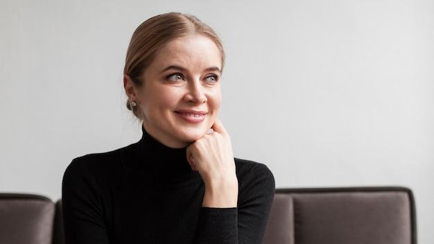 Smiley femme sur canapé