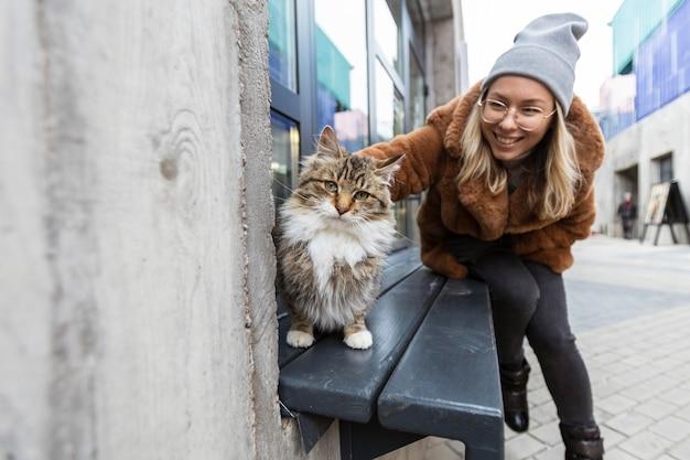 Smiley femme caresser le chat